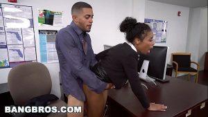Image Fudendo gostoso a negra dentro do escritório