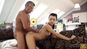 Image Papai safadinho metendo o ferro na putinha de sua filha