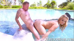 Image Porn9 fudendo essa loira gostosa de quatro dentro da piscina