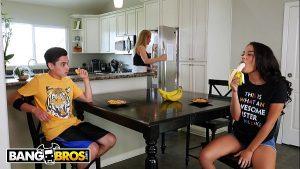 Image Porno doido novinha pagando boquete para seu primo enquanto sua mãe faz comida na cozinha
