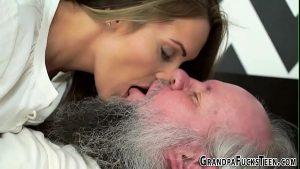 Image Putarias novinha beijando na boca de seu avô sem vergonha