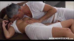 Image Velho tarado comendo sua filha deliciosa em cima da cama
